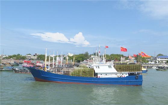 南海伏季休渔期结束 洋浦渔船渔民开海作业